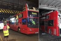 Skalpoval autobus: �idi� doubledeckeru vjel pod most a zranil 26 cestuj�c�ch