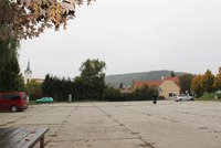 Parkovi�t� u V�padov� v Praze 16 projde rekonstrukc�. D�ln�ci p�estav� tak� d�tsk� h�i�t�