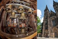 Zvonkohra na Vy�ehrad� funguje u� 15 let. Um� zahr�t 44 skladeb. Kter�?