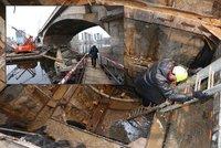 Pod Libeňským mostem ve Vltavě vznikla obří díra. Testují tu, co stavba vydrží