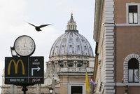 U bran Vatikánu otevřel McDonald's: Je to perverzní, hřímá kardinál