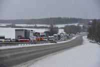 Dopravní komplikace na D10: Autobus v příkopě, nehody kamionů