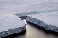 Na Antarktidě se každým dnem utrhne obří kus ledovce. Zvedne se hladina oceánu?