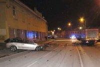 Tragická dopravní nehoda: Muž dostal smyk a vjel s vozem pod náklaďák, neměl šanci přežít