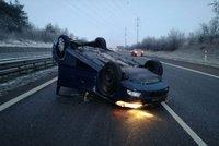Na dálnici D11 skončilo po nehodě auto na střeše: Řidič nadýchal dvě promile