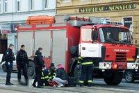Hasiči v Plzni srazili chodce: Dramatické záběry z boje o lidský život