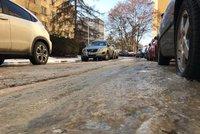 Na Jižním Městě to klouže. V Plickově ulici praskla voda