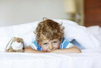 Kdy je dítě připravené na velkou postel a jak mu to usnadnit