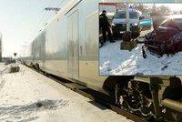 Vlak v Hradci rozšrotoval auto s 15měsíčním dítětem uvnitř: Syn brečel a svítilo sluníčko, vymlouval se otec