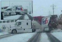 Na přejezdu zamrzly závory: Vlak přepůlil návěs kamionu!