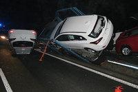 Opilý řidič převrátil u Nymburka kamion: Vysypalo se z něj osm nových aut