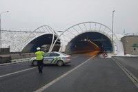 Hořící kamion uzavřel po nehodě Lochkovský tunel: Na místě je jeden zraněný