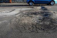 Letošní tuhá zima ničí silnice. Oprav se ale dočkají až v březnu