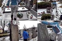 Trojice dětí zhanobila hřbitov v Oslavanech: Školáci skákali a kleli na hrobech předků!