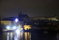 Obří svítící kříž na jeřábu u Vltavy pod Hradem: Kdo ho tam pověsil?