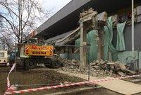 OC Odra v Bohnicích přišlo o betonové schody: Podle majitele je nikdo nevyužíval