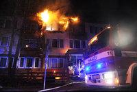V Braníku hořel hotel: Hasiči evakuovali 24 lidí, záchranáři ošetřili dva zraněné