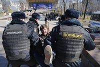 Ruskem otřásají obrovské protesty proti korupci. Putinova konkurenta zatkla policie