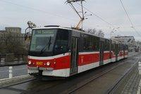Řidič tramvaje dostal od mladíků ránu: Upozornil je, že jsou moc hluční