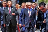 Zeman na vozíku zdržel i Putina. Unavený prezident v Číně často hledal oporu