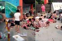 Exploze u školky: Sedm mrtvých, desítky zraněných a děti v kaluži krve