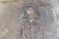 Kostry dětí ležely u nohou matek: Slováci našli starobylé pohřebiště