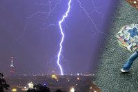 Do ženy s deštníkem v Praze udeřil blesk. Bouřky se ženou dál Českem