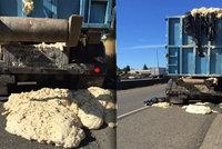 Vypečený incident: Kamion převážel v horku těsto, vykynulo a zablokovalo silnici