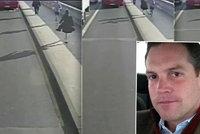 Běhající neřád schválně srazil ženu pod autobus. Je to milionář, zjistila policie