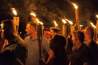 Policie rozehnala extremisty ve Virginii slzným plynem. Po bitce o vlajku