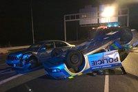 Policisté odkláněli dopravu, do jejich auta to napálil osobák: Vůz skončil na střeše