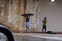 Rabování při povodni: Zloději vtrhli do obchoďáků, převlékají se i za hasiče