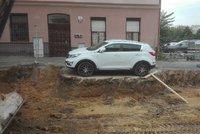 Bílé auto zaparkovalo uprostřed stavby, dělníci ho obkopali: Kdo byl expert za volantem? To vás (ne)překvapí