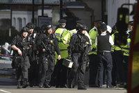 Britská policie zadržela podezřelého z útoku v londýnském metru. A pátrá dál