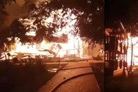Ohnivé peklo na dětském táboře: Tři děti uhořely, další se zranily, když skákaly z oken