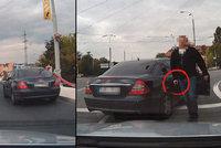 Drama v Plzni: Tajní policisté vytáhli pistoli na řidiče, protože na ně zablikal