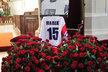 Kolem rakve Jana Marka a jeho pietní fotografie se hromadí věnce a květiny