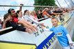 Syn Karla Rachůnka Matěj si plácá s fanoušky po benefici na počest jeho zesnulého tatínka