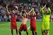 Čeští fotbalisté děkují fanouškům po výhře nad Polskem, která českému týmu zajistila postup na mistrovství Evropy