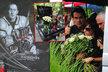 Stejně jako při posledním rozloučení, přinesla manželka Karlovi k narozeninám kyticí bílých růží.