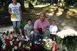 Zavzpomínat ke hrobu Karla Rachůnka přišel i kamarád Ivan Tomaštík s rodinou.