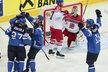 Hokejisté Finska se radují z druhého gólu v síti Alexandra Saláka