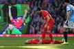 Obránce Liverpoolu Martin Škrtel musel být po hlavičkovém souboji odnesen ze hřiště na nosítkách, naznačil ovšem, že je v pořádku