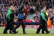Obránce Liverpoolu Martin Škrtel musel hřiště opustit na nosítkách