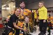Rodinná momentka Jiřího Šlégra s pohárem a svými nejbližšími