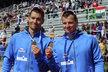 Jan Štěrba (vlevo) a Daniel Havel pózují s bronzovou medailí ze závodu deblkajaků na 1 000 metrů na ME v Račicích