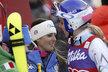 Američanka Lindsey Vonnová (vpravo) gratuluje vítězce sjezdu Italce Nadie Fanchiniové a třetí Daniele Merighettiové. Sama Vonnová může slavit zisk osmého křišťálového glóbu za sjezd.