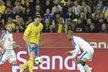 Švédský kapitán Zlatan Ibrahimovic se snaží obejít českého obránce Gebre Selassieho