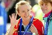 Spokojená Eva Vrabcová-Nývltová v cíli pražského půlmaratonu mává fanouškům. Mezi ženami byla desátá, nejrychlejší z Češek.