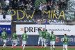 Fotbalisté Jablonce slaví gól pod transparentem pro Miroslava Peltu